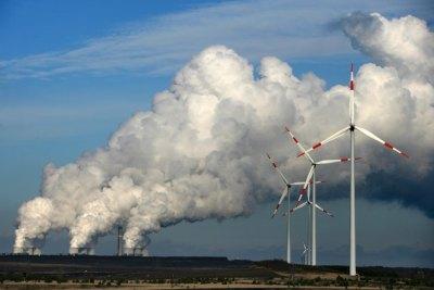 Windräder vor Braunkohlekraftwerk